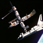 La navette spatiale arrimée à Mir