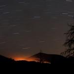 Lueur d'un feu et filés d'étoiles à Sunset Crater
