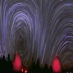 Ciel déformé et filé d'étoiles panoramique