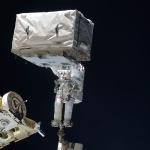 Mise à niveau d'une tête d'astronaute pendant une sortie dans l'espace