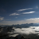 observation d'une boule blanche lumineuse dans le ciel