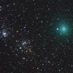 La comète Hartley dans les parages d'un double amas