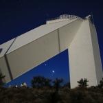 Brillantes planètes sous l'arche de la tour solaire Mac Math-Pierce