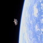 Forme humaine à la dérive dans l'espace
