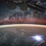 Station avec vue sur planète et galaxie