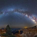 Etoiles filantes, avions et galaxie au-dessus de Bryce Canyon
