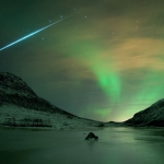 Lueur d'une aurore et flash d'une météorite