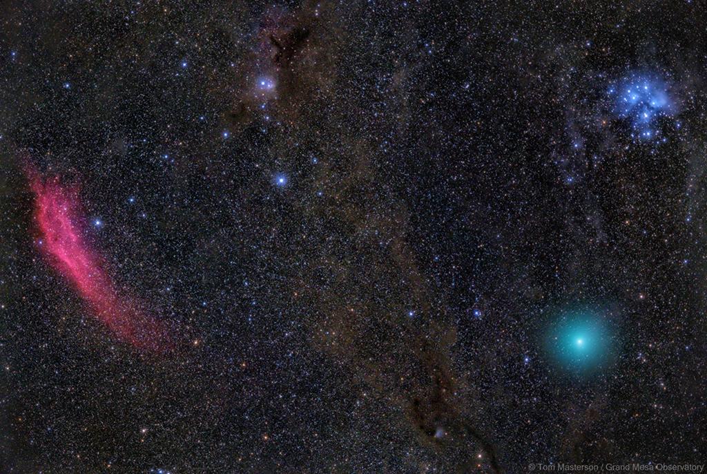 Nébuleuse rouge, comète verte, étoiles bleues