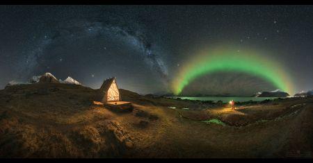 Arches géantes dans un ciel arctique