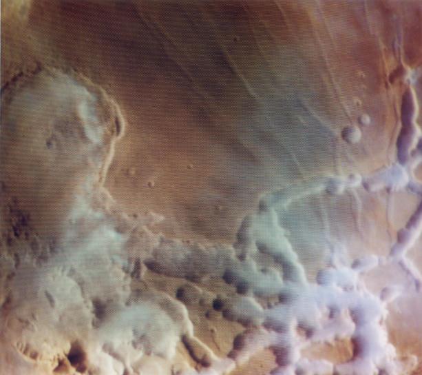 Nuages d\'eau colorés au-dessus de Mars