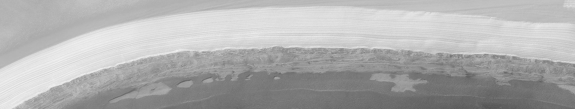 De la glace d\'eau photographiée dans la calotte polaire martienne
