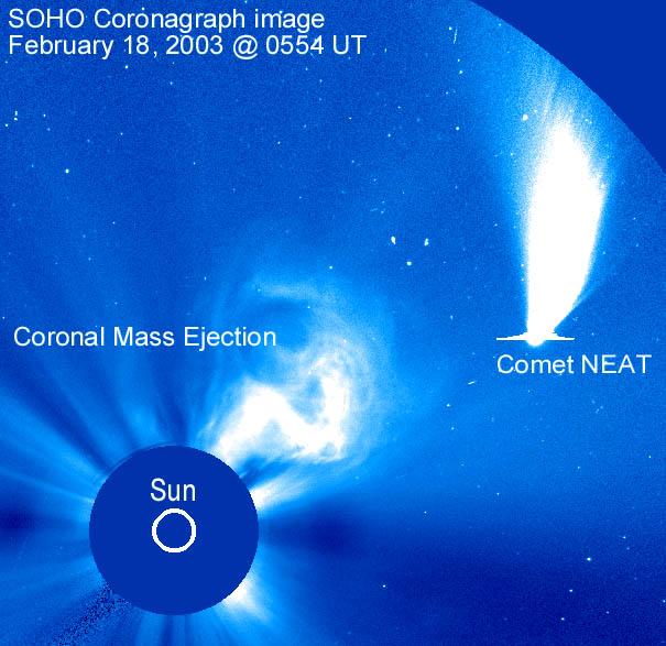 La comète NEAT passe à côté d\'un Soleil éruptif