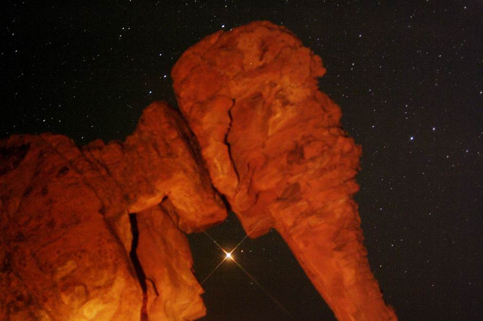 Mars se lève derrière Elephant Rock