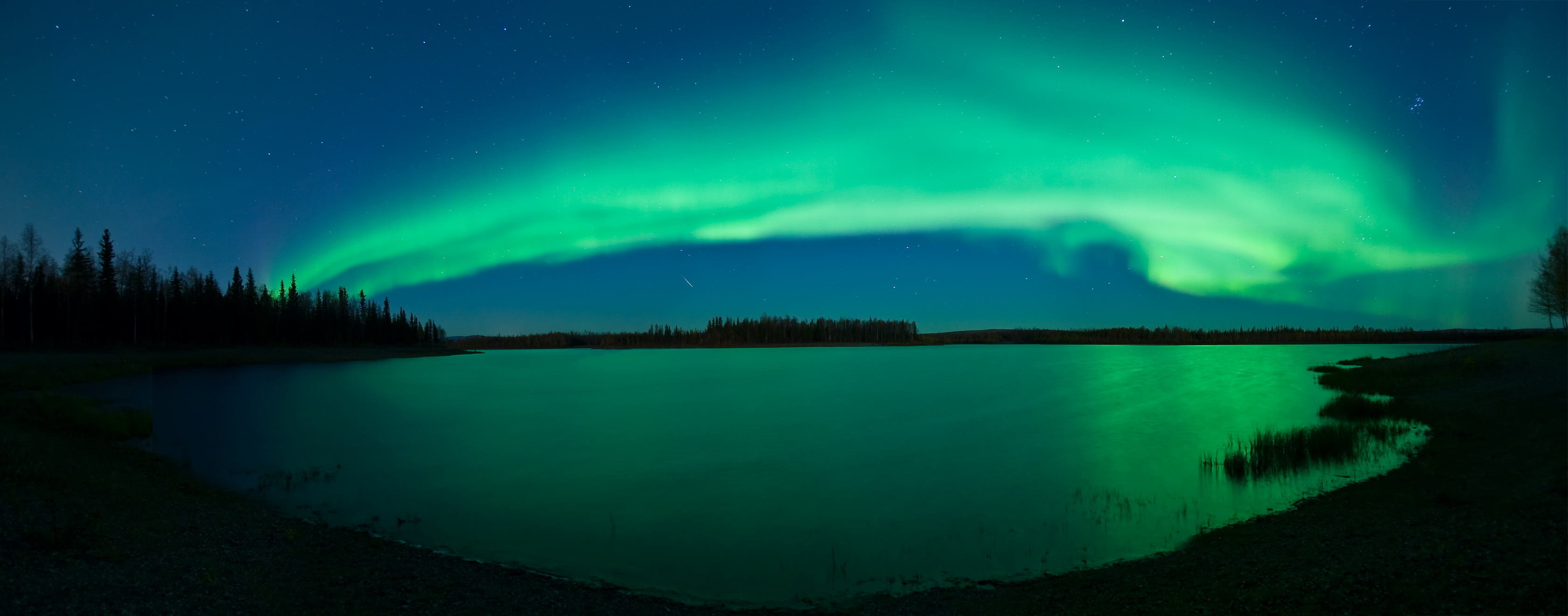 Aurore Boréale sur un lac d\'Alaska