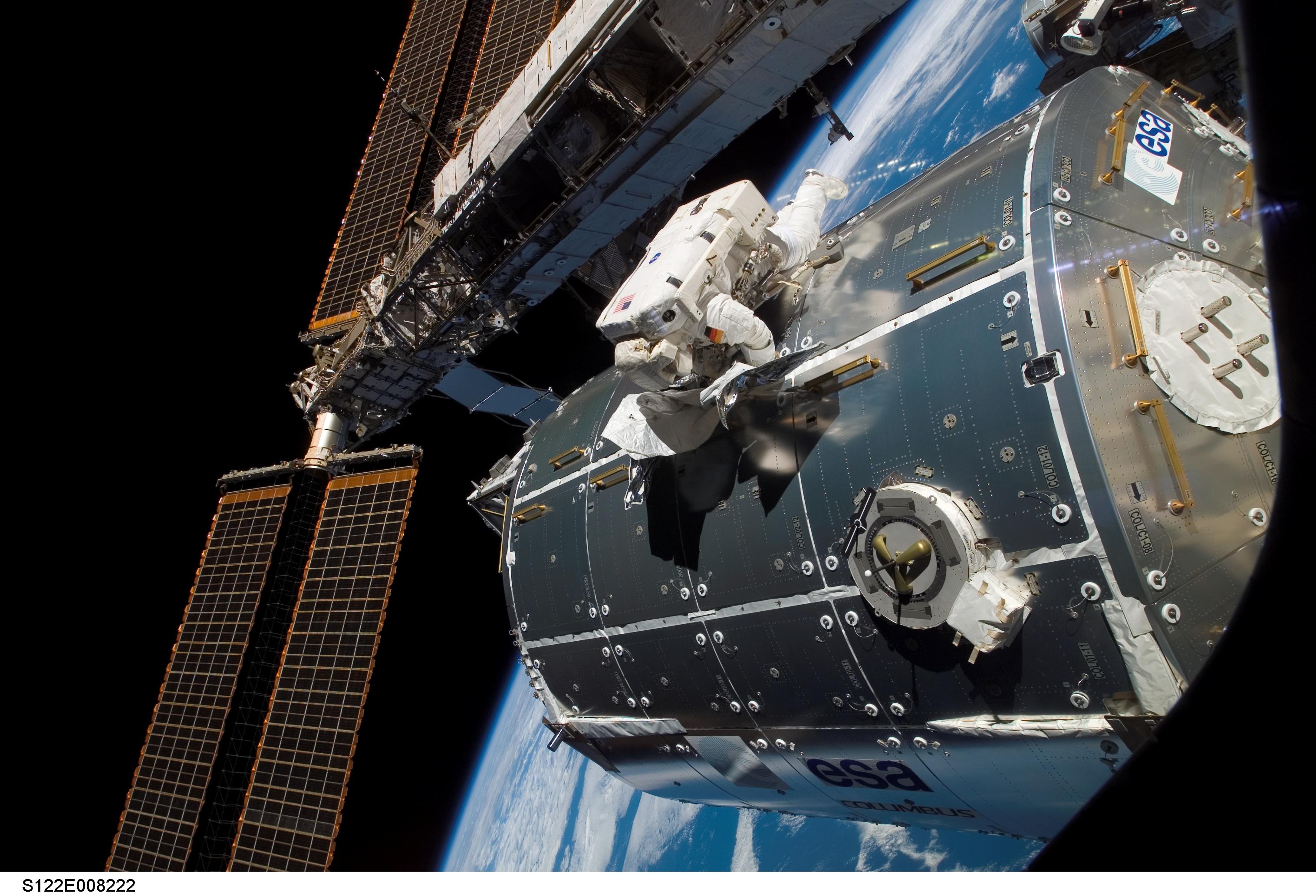 Le laboratoire Columbus arrimé à la Station Spatiale Internationale