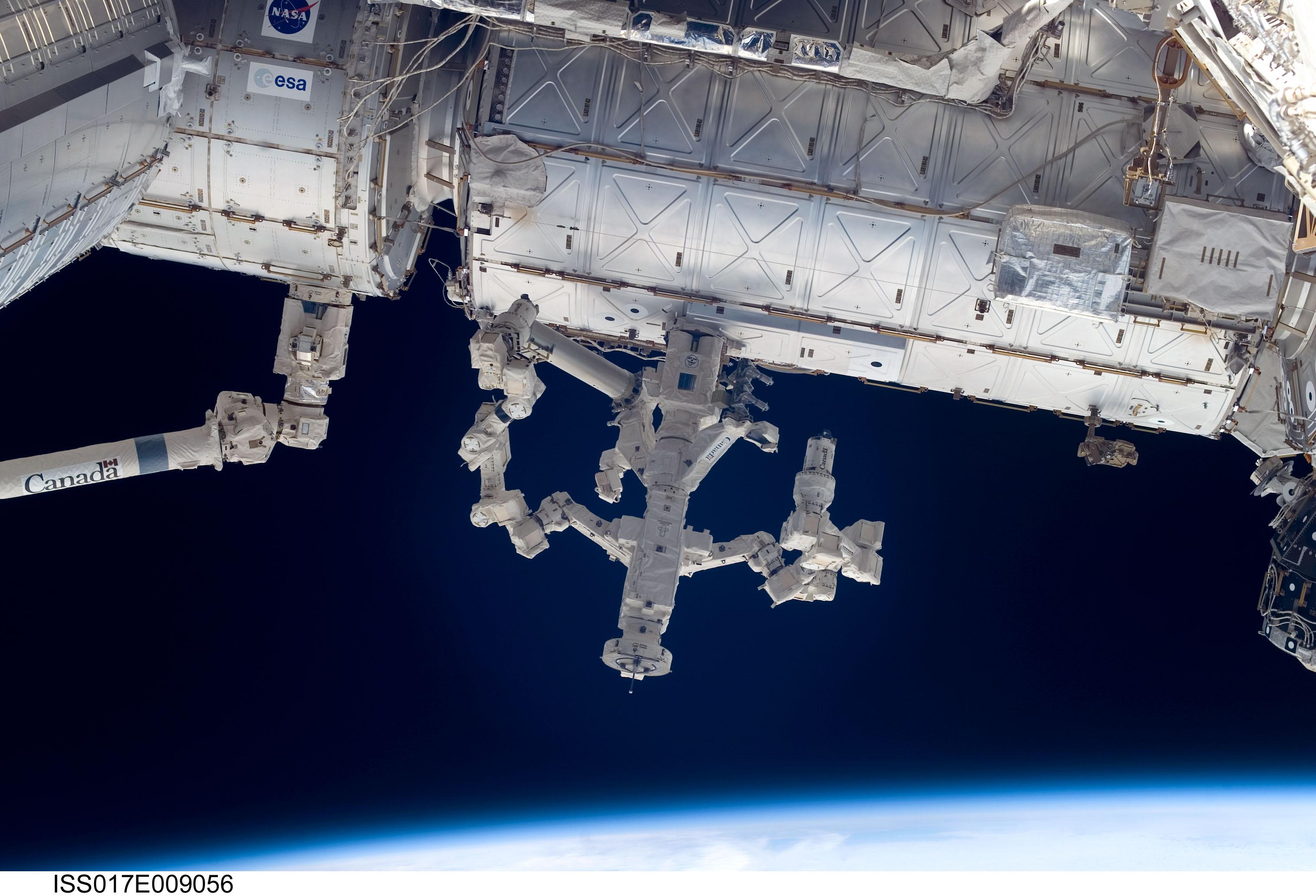 Le robot Dextre à l'œuvre sur la Station spatiale internationale
