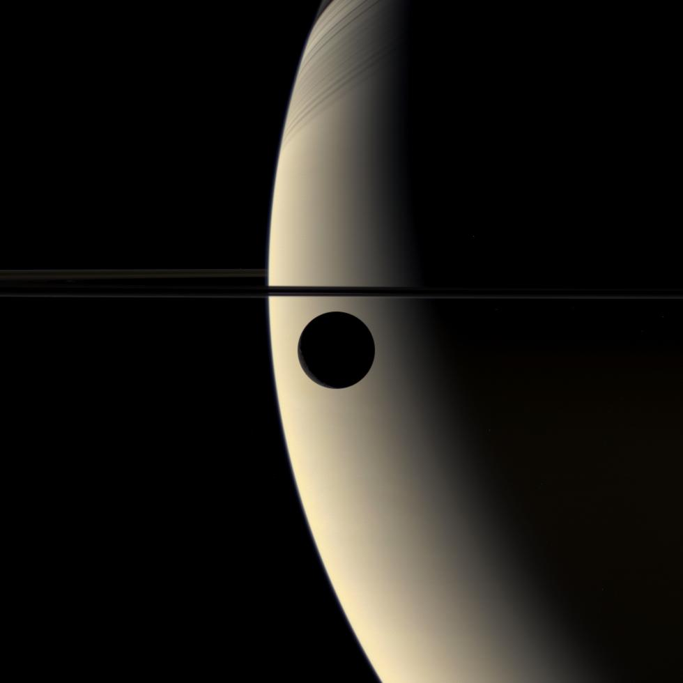 Rhéa en transit devant Saturne