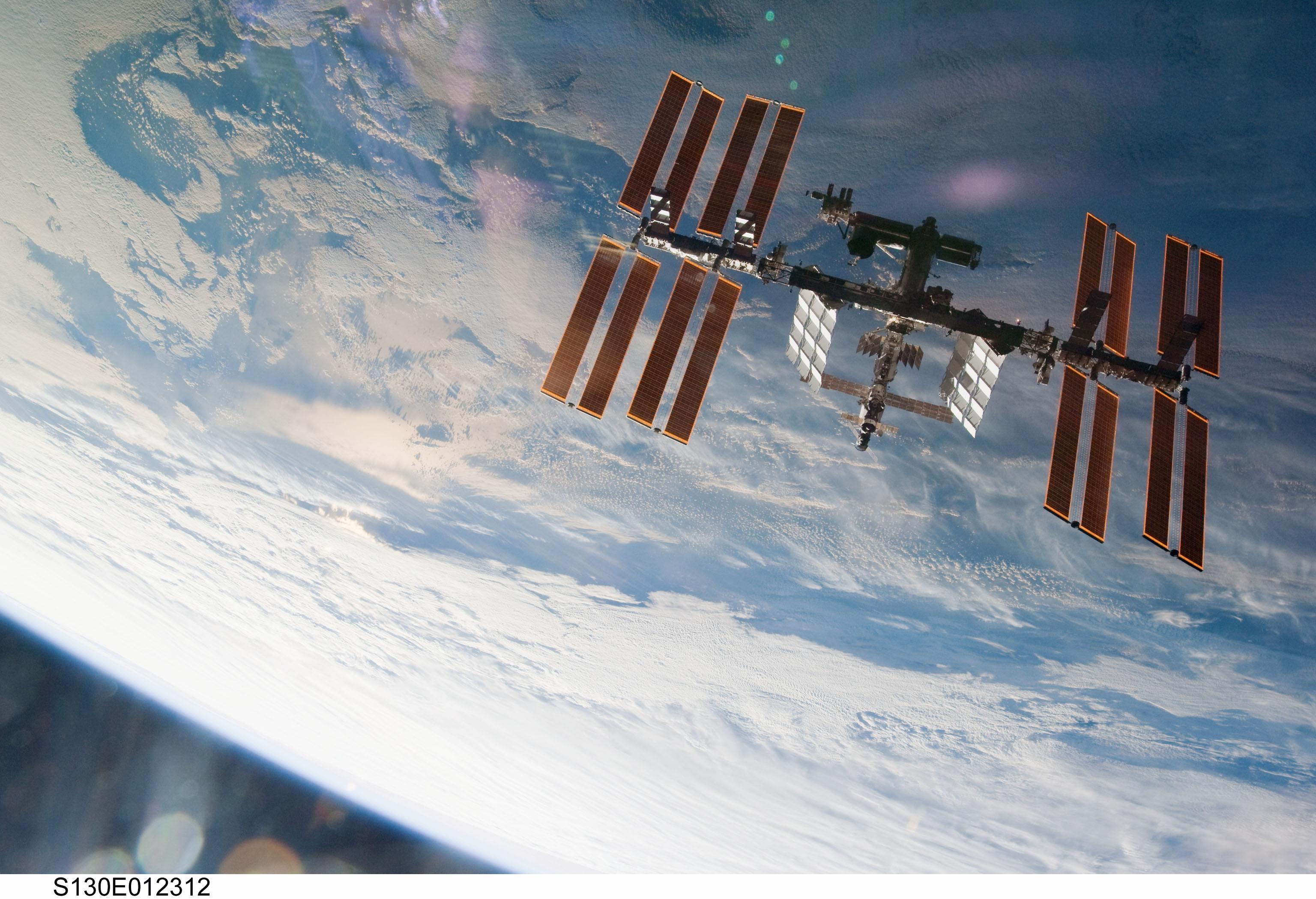 En surplombant la Station spatiale internationale