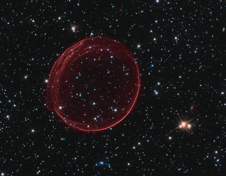 Les anneaux rouges ondulant de SNR 0509