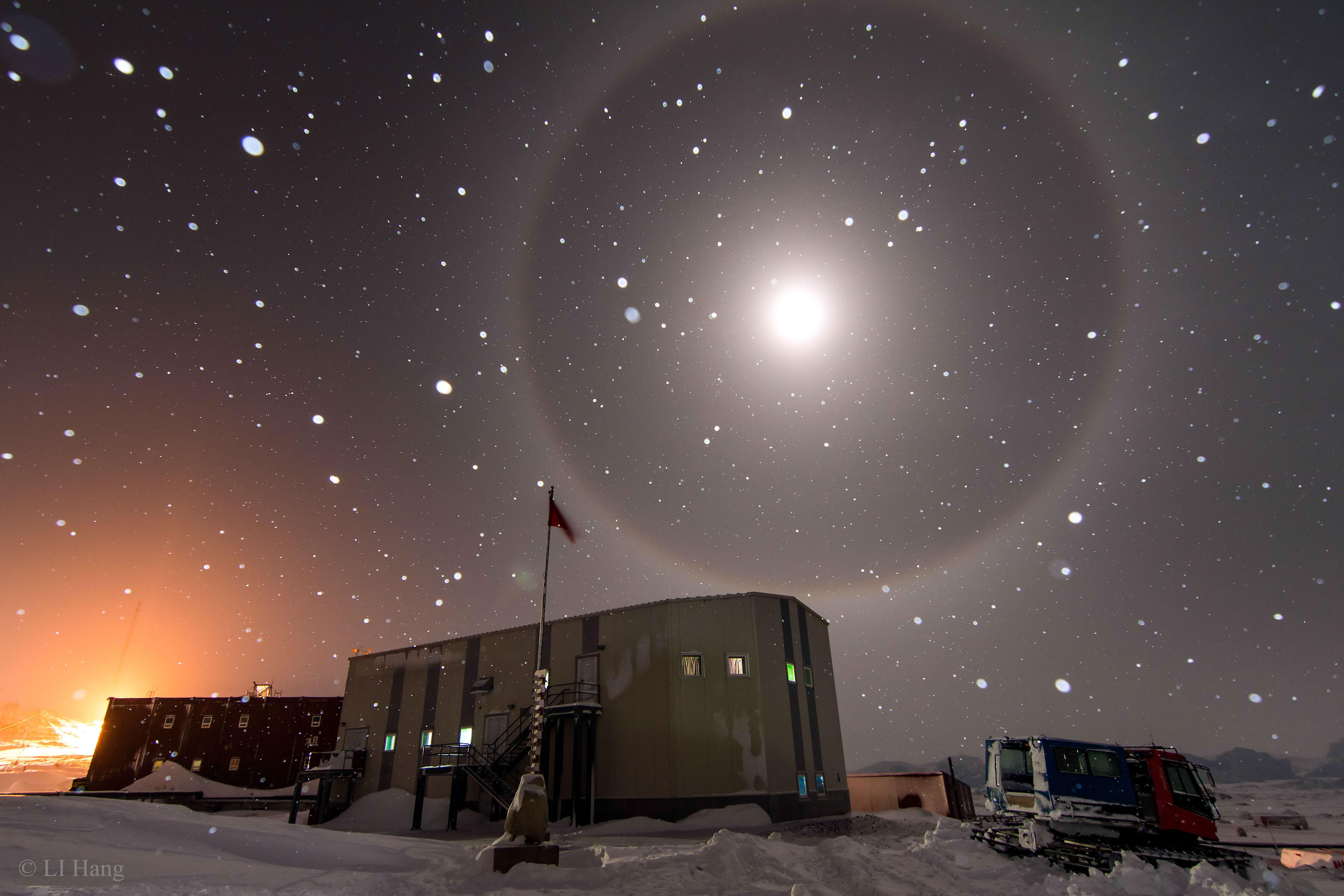 Un halo de Lune bleue au-dessus de l\'Antarctique