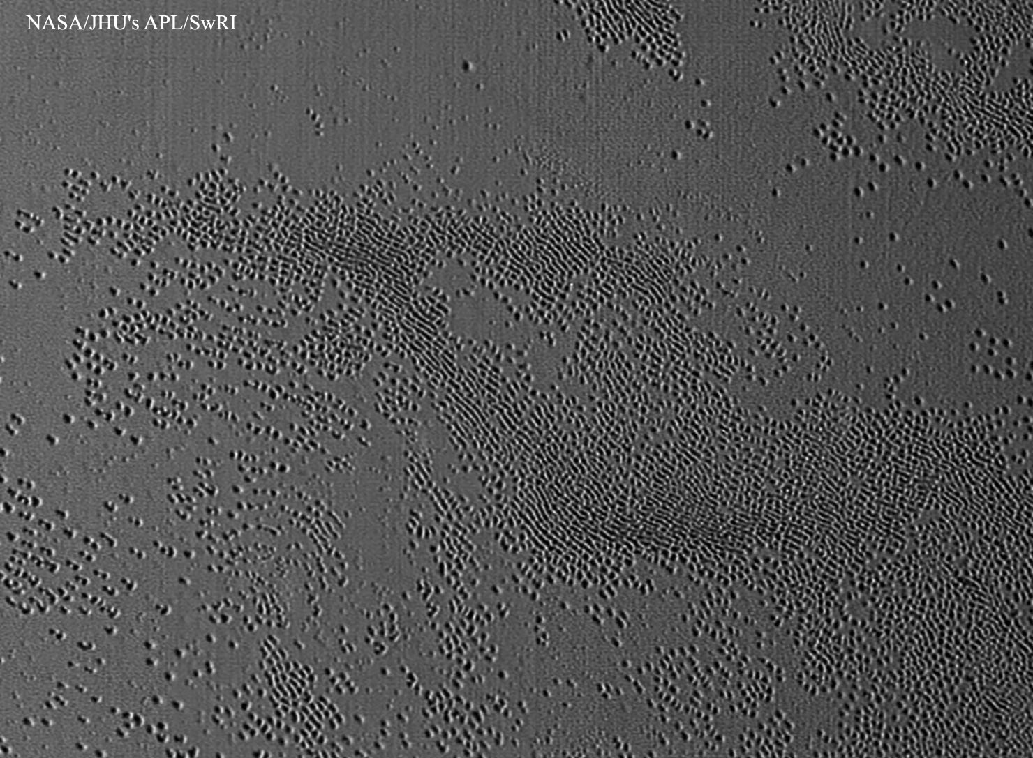 Surface grêlée sur Pluton