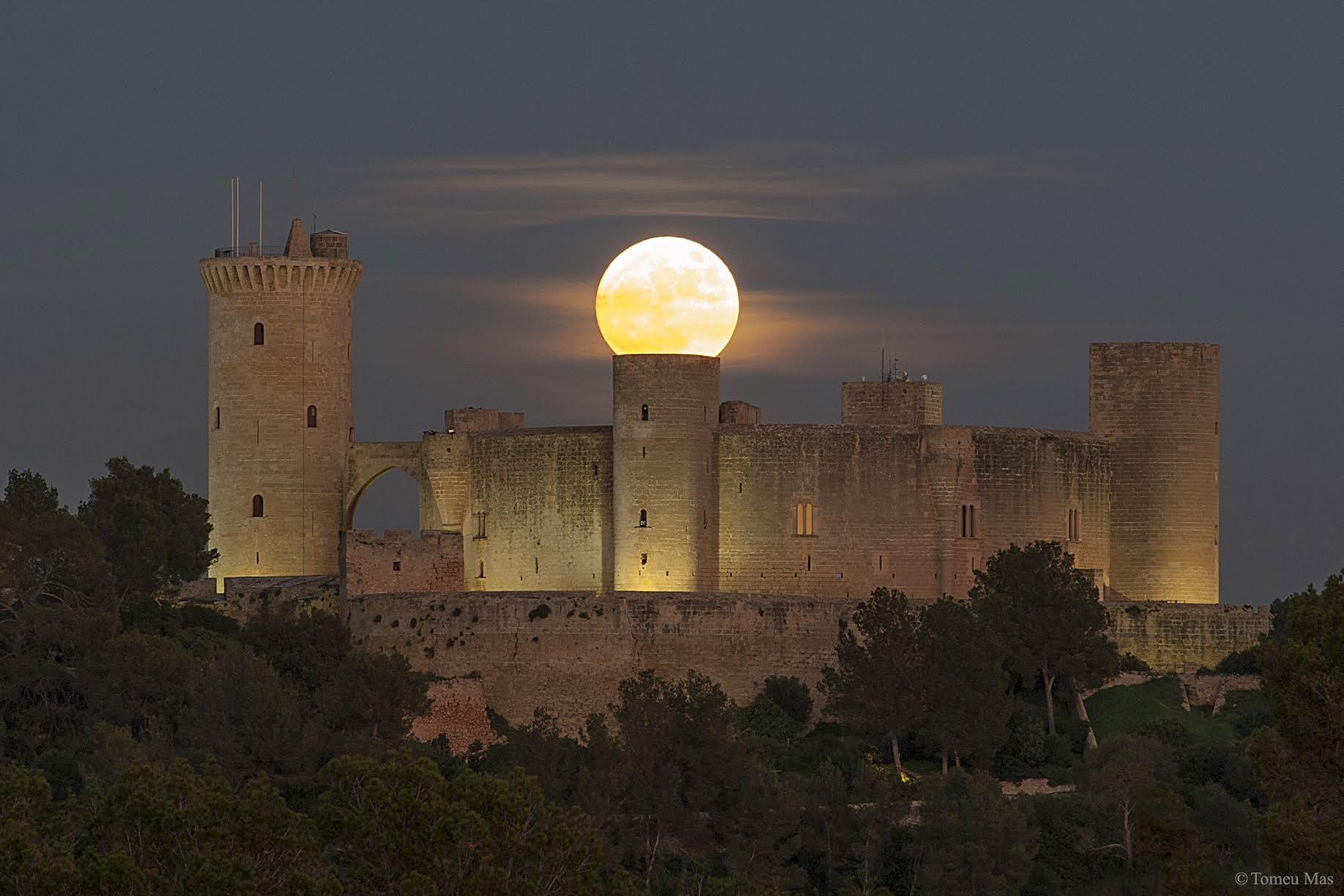 Superlune sur un château en Espagne