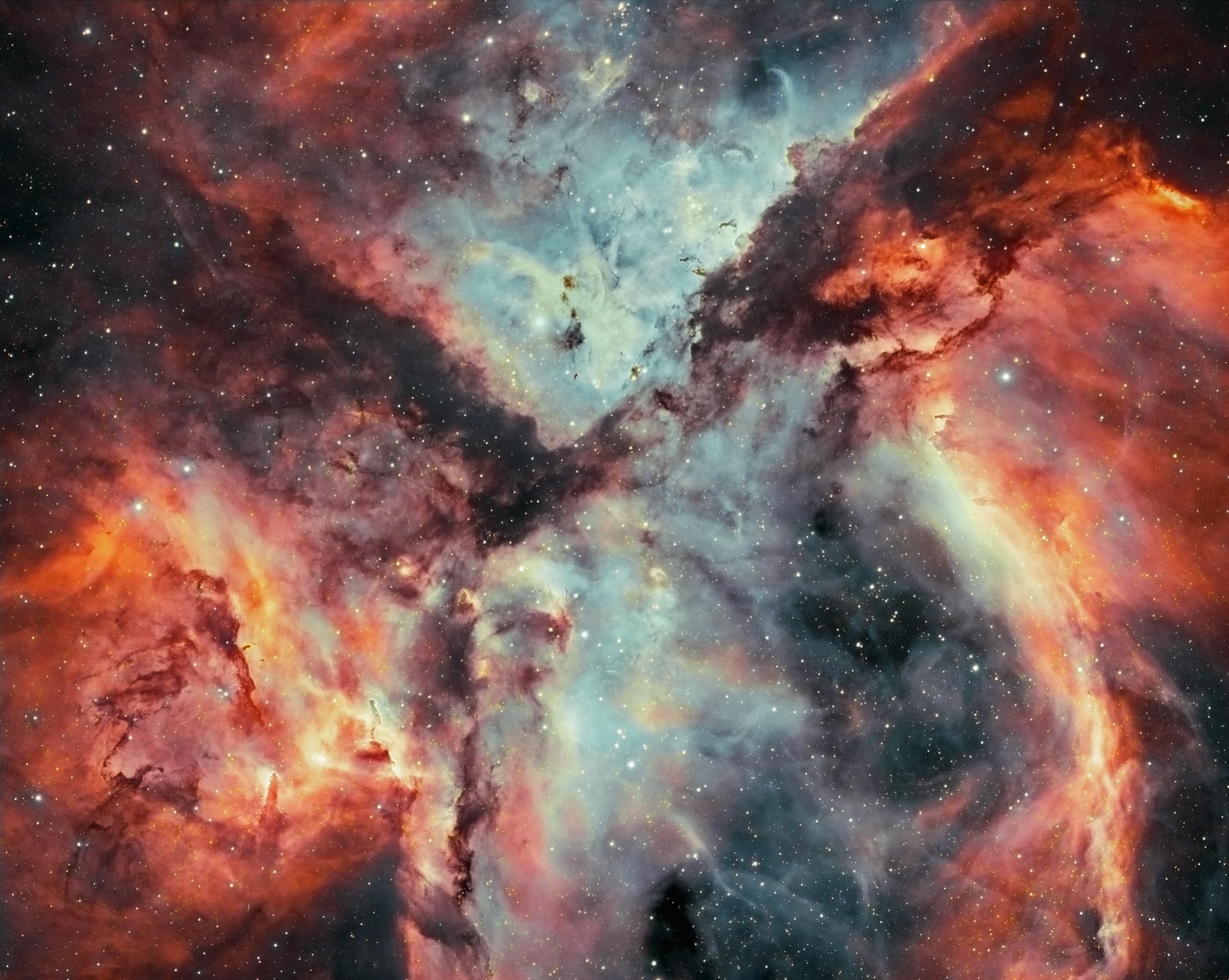 Bataille d\'étoiles, de gaz et de poussières dans la nébuleuse de la Carène