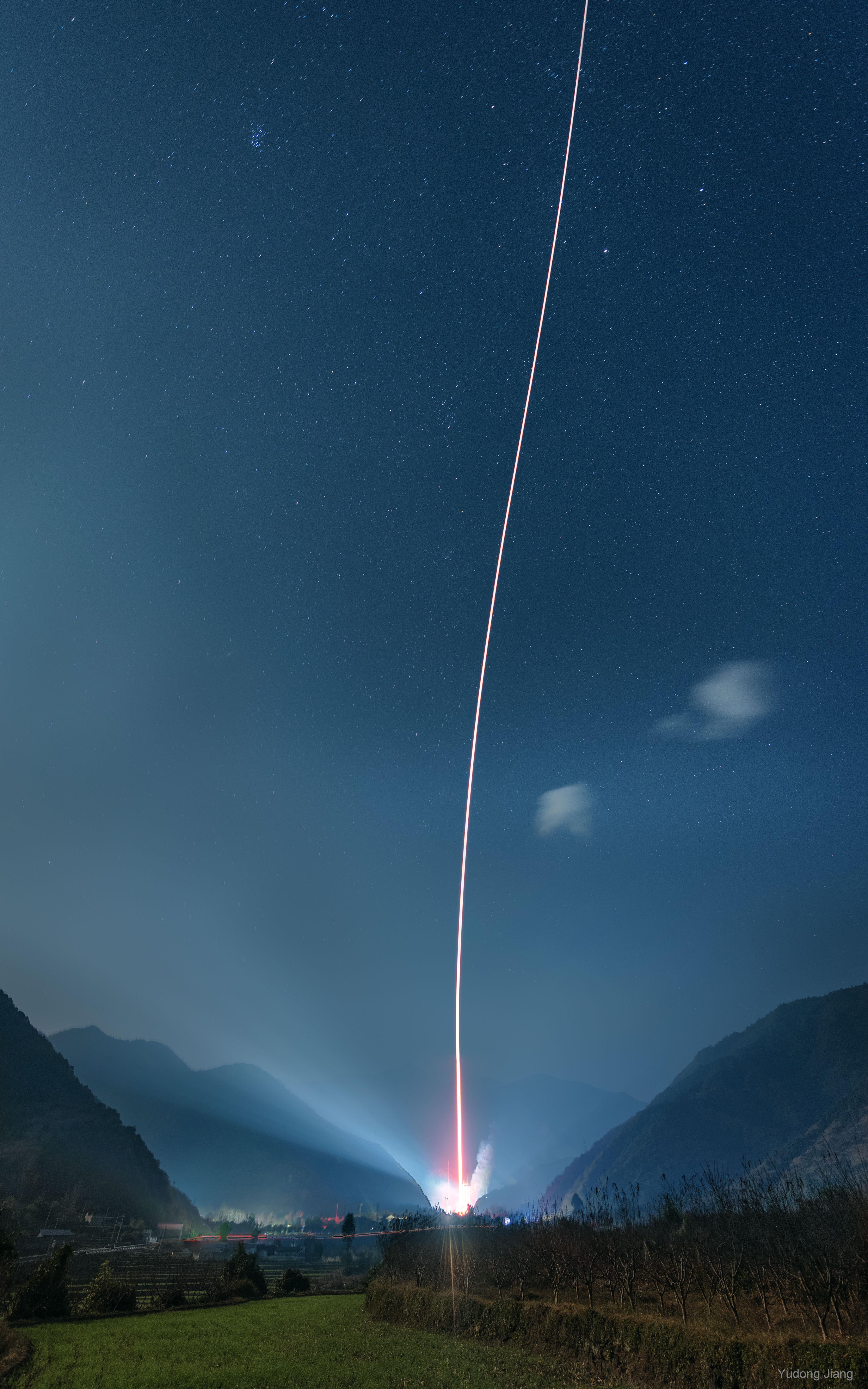 Lancement d\'une fusée entre les montagnes