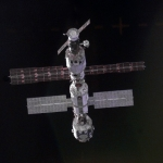 En s'approchant de la Station Spatiale Internationale -