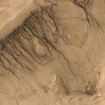D'inhabituelles rigoles et canaux sur Mars