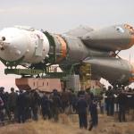 Acheminement d'un Soyouz TMA-2 au sommet d'une fusée R7