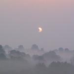Eclipse dans la brume
