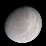 Rhéa, la lune de Saturne par Cassini