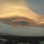 Un nuage lenticulaire au-dessus d'Hawaii