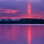 Une colonne solaire rouge et violette