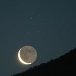 Vieille Lune et étoiles sœurs