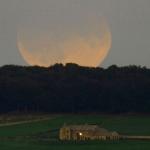 Lune eclipsée au-dessus de l'Angleterre