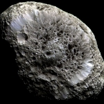 Une lune aux cratères étranges