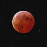 Lune éclipsée et étoiles