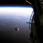 Un vaisseau spatial approche de l'ISS