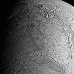Cassini traverse les panaches de glace d'Encelade