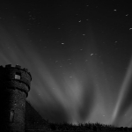 Rayons de lune crépusculaires au-dessus du château de Thurso