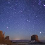 Une étoile filante des Géminides au-dessus de Monument Valley