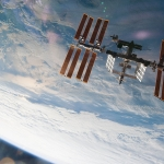 En surplombant la Station spatiale internationale