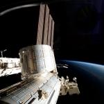 Vaste Station spatiale au-dessus de la Terre