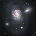 NGC 4911, une spirale plongeant vers un dense amas