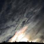 Nuages iridescents sur l'autoroute du toit du monde