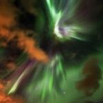 Nuageuse nuit d'aurores boréales
