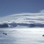 Scène de chasse à la météorite en Antarctique