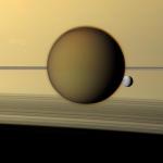Titan, Dioné, et les anneaux vus de côté